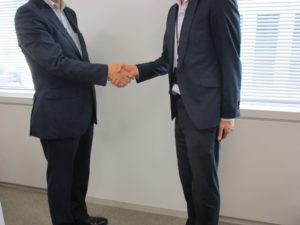 握手をしているスーツの男性