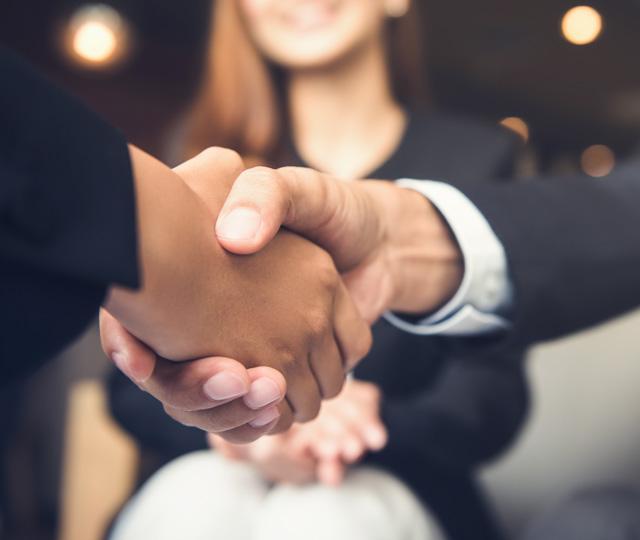 握手をしているイメージ